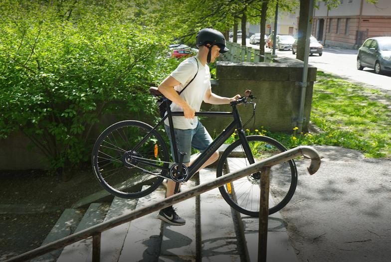Single Speed elcykel enkel att bära upp för trappor